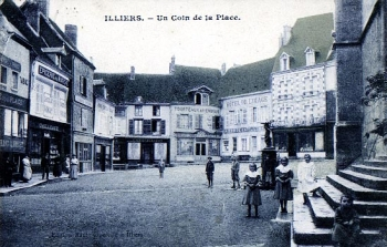 Église St.-Jacques porch and market, Illers || Source - http://www.marcel-proust-gesellschaft.de/cpa/illiers-pic